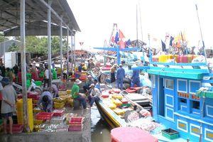 Hàng trăm tàu cá cập bến mỗi ngày, cảng cá Định An quá tải