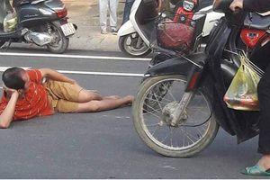 Đi bộ bị xe đạp điện đâm, người đàn ông 'tạo dáng' nằm ăn vạ giữa đường