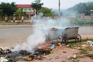 Mường Nhé (Điện Biên): Cổng cơ quan công sở tràn đầy… rác