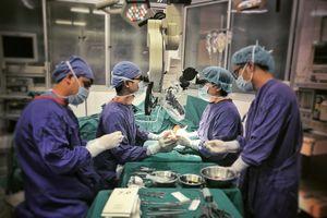Lấy ngón chân thay thế ngón tay cho một bệnh nhân tai nạn lao động