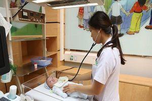 Bác sĩ mách bạn cách chăm sóc trẻ sơ sinh tháng đầu đời