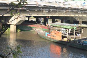 Sà lan chở 4 người bất ngờ chìm khi chui qua cầu Cái Khế