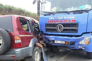 Bác tin ô tô 7 chỗ đi ngược chiều trước va chạm xe tải