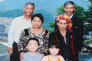 Vợ chồng người Vân Kiều nuôi 6 người con và 2 cháu ăn học thành đạt