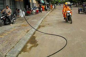 Vấp dây điện rơi trước nhà, một cụ bà tử vong
