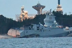 Khinh hạm tàng hình Na Uy bị tàu chở dầu đâm hỏng
