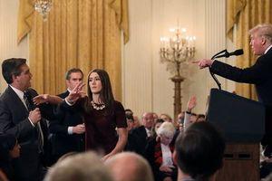 Nhà Trắng cấm cửa nhà báo CNN, tố ông đặt tay lên người phụ nữ trẻ