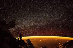Quầng sáng màu cam bí ẩn bao quanh Trái đất