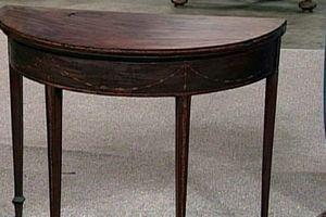 Mua được chiếc bàn từ thế kỷ 18, người phụ nữ bất ngờ phát hiện bí mật tiền tỷ bên trong