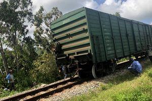 Tàu chở hàng trật bánh, đường sắt Bắc - Nam tắc nghẽn nhiều giờ