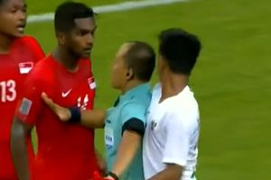 Cầu thủ Indonesia và Singapore lao vào nhau tranh cãi