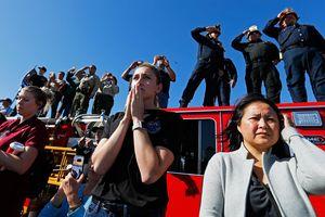 Người Mỹ đứng dọc đường đưa tiễn viên sĩ quan hy sinh trong vụ xả súng