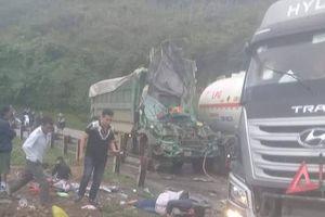Xe tải đối đầu xe bồn trên Quốc lộ 6, 2 người bị thương