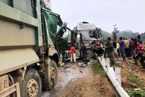 Ô tô tải va chạm xe đầu kéo, QL6 ùn tắc kéo dài