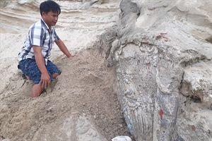 Quảng Nam: Phát hiện ngôi mộ bị vùi lấp dưới cát nghi là mộ cổ có niên đại hàng trăm năm