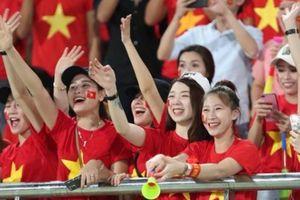 Dàn CĐV nữ Việt Nam xinh đẹp 'thiêu đốt' SVĐQG Lào