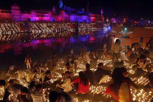 Thắp sáng thành phố với hơn 300.000 đèn dầu