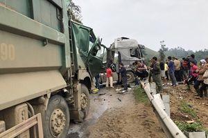Hòa Bình: Va chạm trực diện, 2 xe tải nát đầu, lái xe trọng thương