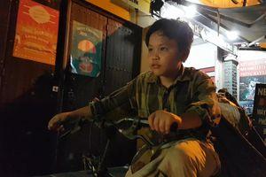 Cậu bé 9 tuổi xuyên đêm Sài Gòn nhặt ve chai để phụ mẹ