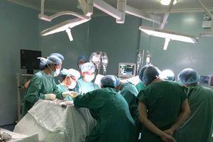 10 bác sĩ cùng phẫu thuật cứu bệnh nhân bị đâm hơn 10 nhát