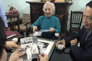 Phu nhân Bộ trưởng Nguyễn Cơ Thạch tặng ảnh quý về Bác Hồ