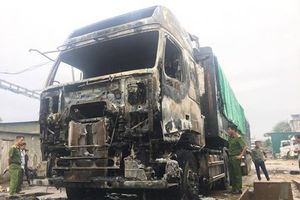 Xe đầu kéo trị giá hơn 1 tỷ đồng bốc cháy tại Nghệ An