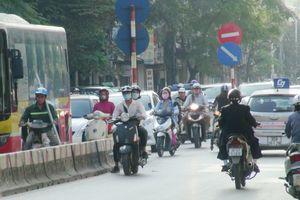 Hàng trăm xe máy vô tư đi ngược chiều trong giờ cao điểm