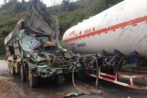 Hòa Bình: Đụng độ xe bồn chở xăng, 2 người bị thương