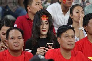 Nhan sắc nóng bỏng của hot girl được 'săn đón' sau trận Lào - Việt Nam