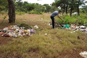Trước thềm lễ hội, đồi cỏ hồng ngập trong rác