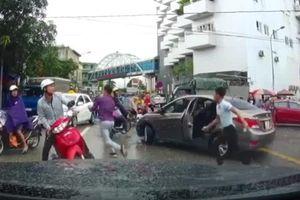 Va chạm giao thông, người đi xe máy vác dao chém tài xế ô tô