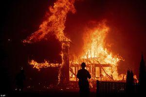 Clip: Cháy rừng như tận thế ở Mỹ, hàng trăm người mắc kẹt