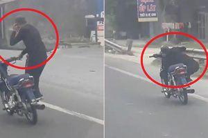 Clip: Thanh niên đi xe máy làm xiếc như 'cưỡi cân đẩu vân'