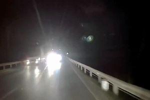 Vượt ẩu, ôtô tải suýt đối đầu kinh hoàng với ôtô đi ngược chiều