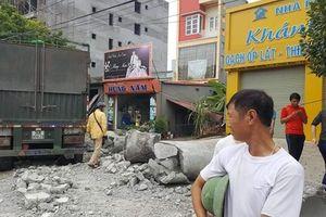 Xe đầu kéo đâm nát xe máy, húc đổ nhà dân làm 1 người chết
