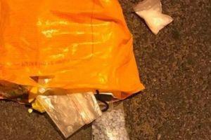 CSGT truy đuổi, bắt 2 đối tượng vận chuyển ma túy và súng