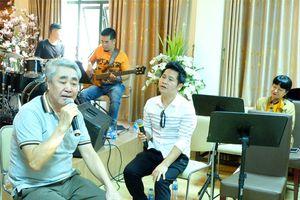 NSND Quang Thọ 'tái ngộ' với cố NSND Lê Dung trong liveshow kỷ niệm 50 năm ca hát