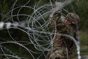 Cận cảnh lính Mỹ 'rào kín' biên giới với Mexico bằng dây thép gai
