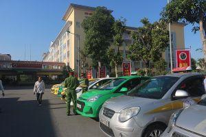 Niêm yết đường dây nóng của công an trên xe taxi, quán karaoke