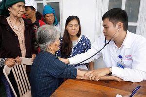 Tặng quà và khám bệnh miễn phí cho học sinh, người nghèo huyện A Lưới