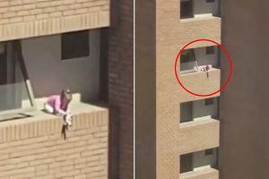 Thót tim với cảnh cô bé chơi búp bê chênh vênh trên gờ tường căn hộ tầng 4