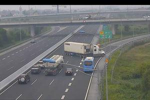 Kinh hãi cảnh xe container quay đầu chạy ngược chiều giữa cao tốc