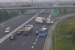 Phạt lái xe container đi ngược chiều trên cao tốc 7 triệu đồng, tước bằng lái 5 tháng