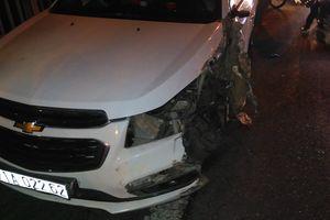 Ô tô Chevrolet tông xe tải trên cầu Rạch Miễu, giao thông tê liệt