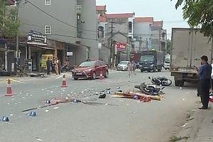 Hai xe máy va chạm bị xe tải chèn lên, 3 người thương vong