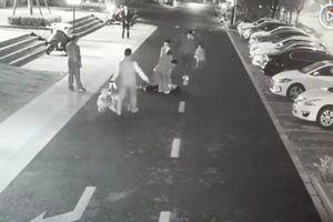 Đá con chó trên đường, người phụ nữ bị đánh gãy ngón tay