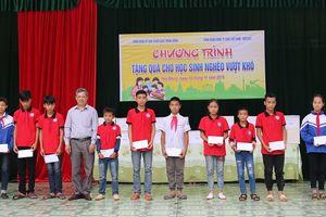 Tặng quà cho học sinh nghèo vượt khó ở Yên Mông (Hòa Bình)