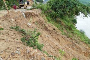 Mưa lớn, đất đá tràn xuống 'điểm nóng' sạt lở ở Thừa Thiên- Huế
