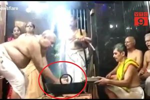 Rùng rợn nghi lễ nhúng tay vào vạc dầu sôi sùng sục ở Ấn Độ