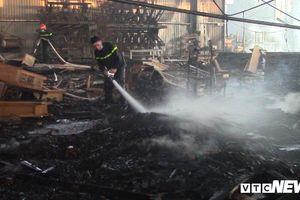 Xưởng gỗ rộng 300m2 bốc cháy ngùn ngụt ở Bình Dương